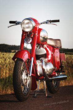 """Die Jawa 350 war das hubraumstärkste Motorrad, das es in den 60-er Jahren in der DDR zu kaufen gab. Weniger die Leistung des 2-Zylinder-2Taktmotor von Anfangs 16PS sondern der kernige Sound der Maschine machten dieses Modell zum Kult-damals und heute! Diese Maschine wurde 2009/10 vollrestauriert und tut somit nach fast 50 Jahren immer noch ihren Dienst. Ein Hinweis für Jawa-Neulinge: Bei Jawa ist vieles """"anders"""": Der erste Gang liegt oben (alle weiteren zum Schalten nach unten), die Nadel… Classic Road Bike, Classic Bikes, Antique Motorcycles, Cars And Motorcycles, Vintage Bikes, Vintage Cars, Moto Jawa, Jawa 350, Vespa Motorcycle"""