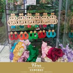 🌸😚Tu #look de #flamenca te espera en #BlancoAzahar.   #TodosLosColores en más de 100 especies de flores.  #ModaFlamenca #FeriadeAbril #FeriadeAbril2018 #Sevilla #floresflamenca #Mantoncillo #Flordeflamenca #Pendientesdeflamenca Floral, Hydrangea Corsage, Orange Blossom, Carnations, Sevilla, White People, Flowers, Flower