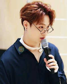 JB looks gud with glasses