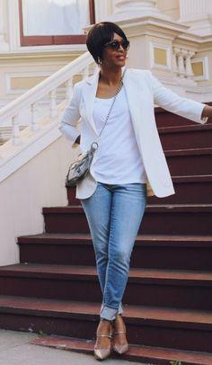 OUTFITS PARA MUJERES DE MAS DE 40 Hola Chicas: Las mujeres de mas de 40´s o 50´s tambien pueden vestir a la moda, ya paso el tiempo que vestían como viejitas, hay infinidad de ropa que puedes usar a esta edad, únicamente trata de escoger los estilos clásicos modernos y que sean de tu medida y como les he dicho antes nunca usar pantalones a la cadera compren los que van a la cintura que les va a estilizar el cuerpo. Les dejo una galeria de fotos de outfits para esta primavera-verano 2015 y…