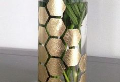 Você pode fazer um vaso decorado folha de ouro para decorar os seus ambientes de forma sofisticada e requintada.