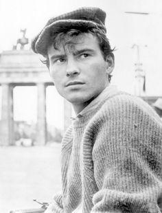 Neve: Horst Buchholz; Születési neve: Horst Werner Buchholz; Foglalkozás: színész; Született: 1933.12.04. Németország, Berlin; Elhunyt: 2003.03.03. Németország, Berlin; Magasság: 177 cm; Csillagjegy: Nyilas