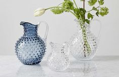 Glaskaraff tillverkad för hand i ett klassiskt glasbruk. Kannan har ett fantastiskt organiskt mönster av bubblor blåsta i glaset. Finns i flera färger som alla är vackra var för sig eller tillsammans i grupp. Passar även fint som vas.