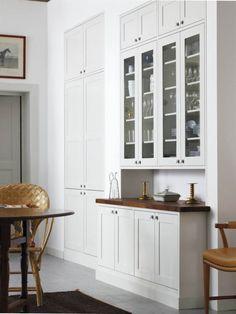 Tidlös elegans. Shakerstilen blir aldrig omodern. Här heter köket Land från Electrolux home och bänkskivorna i amerikansk valnöt hjälper till att skapa den tidlösa enkla stilen.