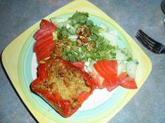 Gefüllte Paprika und Salat mit Sonnenblumenkernen standen bei Celine auf dem Tisch. http://anewveggiestart.blogspot.de/2012/08/mein-allererster-vegan-wednesday.html