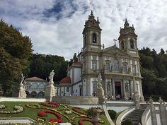 Die Wallfahrtskirche Bom Jesus do Monte oben auf dem Berg, nahe Braga (Portugal)  www.claudoscope.eu