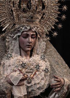Señora de la Esperanza Macarena en la Iglesia Parroquial de San Ildefonso, Almería.