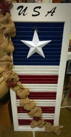 American flag shutter with burlap - All About Decoration American Flag Crafts, American Flag Wall Art, American Flag Painting, Wooden American Flag, Patriotic Crafts, July Crafts, Summer Crafts, Holiday Crafts, Patriotic Party