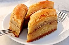 Here you can find a super easy Baklava Recipe! The Baklava is a delicious dessert, typical from mediterranean countries like Turcky and Greece. Bosnian Recipes, Turkish Recipes, Greek Recipes, Greek Baklava, Turkish Baklava, Pasta Philo, Balkan Food, Fatayer, Baklava Dessert
