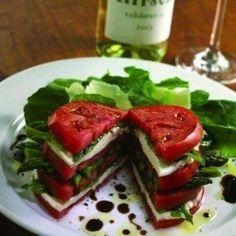 Ensalada con queso panela, tomate, albaca y espinacas bañada con aceite de olivo y vinagreta.