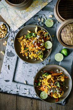 """Einfaches Rezept für indonesisches Nasi Goreng mit Hühnchen ist mit viel """"Schmackes"""" abgeschmeckt. Lecker knackiges Gemüse, knuspriges Hähnchen und dazu noch etwas Sweet Chili Sauce – vielleicht nicht DAS Original Rezept, aber allemal genauso gut, wie von eurem Lieblings Asia Imbiss um die Ecke! Das klassische Ei gehört in jedem Fall zum Original dazu.  Es wird entweder als Rührei dazu gegeben, oder, wie bei uns, als Spiegelei Topping serviert."""