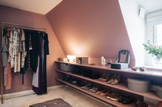 Isabella Löwengrip's stylish walk in closet painted with Alcro Pashmina in the color NCS S 3020-R10B.