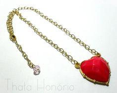 Cód: CN135 <br>Tam: Corrente 20 cm <br> Pingente 3,5 cm <br>Gargantilha de coração em banho de ouro com pedra de resina e cristal.
