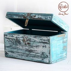 For Agnieszka Krawczyk's fourth Painters in Residence project, she used Chalk Paint® and her signature layering technique on this old wooden sea trunk.