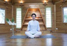 Esta práctica de meditación en la postura del medio loto focaliza la atención en el momento presente. Con Déborah Postigo www.aomm.tv