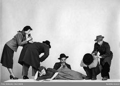 """Modeller utklädda till fotografer demonstrerar lekfullt olika kameravinklar.""""Från vänster: Ryggskott, höftskott och huk (?) skott."""" Fotograf: Sten Didrik Bellander, 1948"""