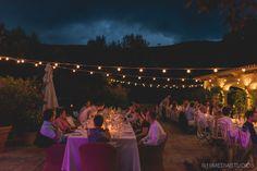 Mesas imperiales con guirnaldas de bombillas. Fotografia boda Mallorca