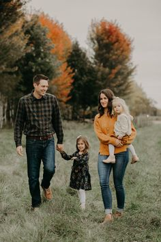 fall family photo shoot in River Falls WI by Andrea Wagner Photography fall mini sessions Source by sicrehintos beach photoshoot Winter Family Photos, Fall Family Portraits, Fall Family Photo Outfits, Outdoor Family Photos, Fall Photos, Family Picture Poses, Family Photo Sessions, Family Posing, Family Family