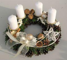 Noblesní, adventní věnec v bílé... Adventní věnec o průměru 28cm. Nabízím i věnec na dveře ve stejné sadě. Napište, kdy chcete věnec odeslat. Christmas Advent Wreath, Christmas Candle Decorations, Advent Candles, Christmas Arrangements, Xmas Wreaths, Christmas Tablescapes, Christmas Mood, Noel Christmas, Christmas Candles