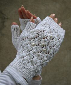 Drops tutorial and Estoninan ethnocraphical lace pattern. Knitted Gloves, Fingerless Gloves, Drops Patterns, Wrist Warmers, Drops Design, Knit Or Crochet, Wool, Knitting, Scarfs