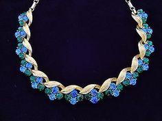 Vintag-Lisner-Blue-Emerald-Green-Rhinestone-Texture-Gold-Tone-Leaf-Necklace-Mint