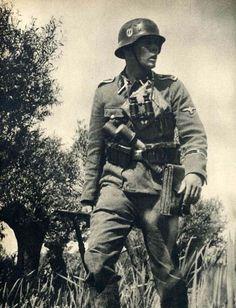 """1940, France, SS-Oberscharführer autrichien du SS-Standarte """"Der Führer"""" de la SS-Division """"Verfügungstruppe"""" (connue plus tard sous le nom de 2. SS-Panzer Division """"Das Reich"""")"""