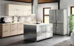 Keuken met een combinatie van kastdeuren in roestvrij staal, licht hout en hoogglans wit