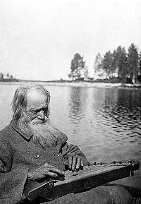 Kanteleen soittaja Teppana Jänis. - Kalevalaseura 1916