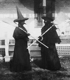 It's been a long time since Halloween costumes were genuinely scary. Check out these 30 bizarre vintage Halloween photos from between the Vintage Witch Photos, Vintage Halloween Photos, Halloween Pictures, Retro Halloween, Halloween Fotos, Halloween Witches, Victorian Halloween, Halloween Gifts, Halloween 2019
