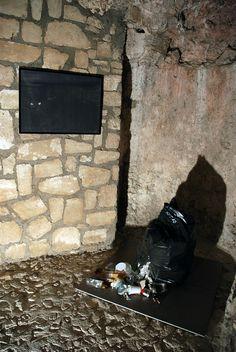 Marco De Leonibus De noche, todos los gatos son pardos Installazione Dimensioni: ambientali 2014