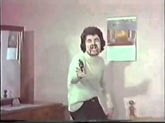 """Cena do filme turco """"Kareteci Kız"""" (1974), considerada por muitos como a pior cena de morte já realizada no cinema. É mais ou menos no mesmo nível daquelas feitas de brincadeira quando a gente é criança."""
