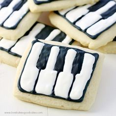 Schroeder's Piano Key Cookies are inspired by the new Peanuts movie! Plus, links to many other ideas from the movie! Who is going to see the new Peanuts movie? Edible Crafts, Summer Snacks, Cute Food, Royal Icing, Cookie Decorating, Sugar Cookies, Food Art, Baked Goods, Cookie Recipes
