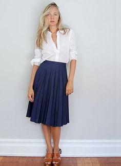白ブラウス×紺プリーツスカートのコーディネート(レディース)海外スナップ | MILANDA