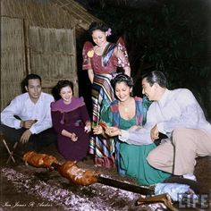 51 Old Colorized Photos Reveal The Fascinating Filipino Life Between 1900 - 1960 Visit Philippines, Philippines Culture, Manila Philippines, Boodle Fight, Filipino Fashion, Filipina Girls, Filipino Culture, Filipiniana, Historia