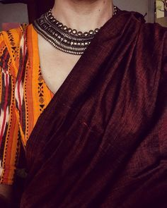 Looking for necklace to wear with sarees? Here are adorable necklace designs that you can wear from trendy to traditional sarees. Indian Dresses, Indian Outfits, Indian Clothes, Saree Jewellery, Jewellery Stand, Jewellery Shops, Bridal Jewellery, Plain Saree, Elegant Saree
