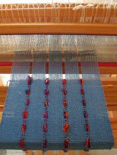 Ecco una nuova sciarpa, in seta bourette  blu e seta riciclata .  L'ordito è tutto in seta bourette blu, 136 fili lunghi 2.75 m.  Trama in...