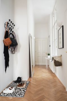 Hallway Ideas by Svenja Brücker of Traumzuhause. No problem with our tips you turn your hallway to the welcome area Hallway Decorating, Entryway Decor, Carpet Crochet, Large Console Table, Narrow Entryway, Narrow Bathroom, Luxury Flooring, Small Hallways, Houses