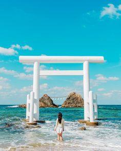 White Torii in Sakurai-Futami-ga-ura, Itoshima, Fukuoka 桜井二見ヶ浦 Japan Beach, Japanese Shrine, Beautiful Places In Japan, Monte Fuji, Japan Illustration, Aesthetic Japan, Japanese Landscape, Fukuoka Japan, Photos Voyages