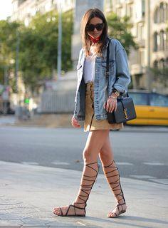 Street style de look cool com saia de suede e botões, camisa jeans, bandana e gladiadora.