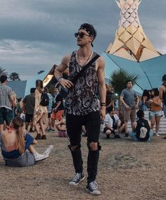 Clique na foto e confira dicas de looks masculinos. ______________________________________________________________________ #modamasculina #moda #mensfashion looks tumblr masculinos, moda masculina Coachella Festival, Coachella Men, Look Festival, Festival Wear, Festival Fashion, Coachella 2018, Coachella Style, Rave Outfits Men, Ibiza Outfits