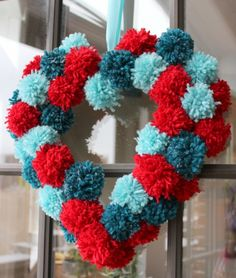 Une décoration St. Valentin originale?Essayez cette couronne en pompons et en forme de cœur.Vous pouvez l'accrocher quelque part ou l'offrir aux vos proches