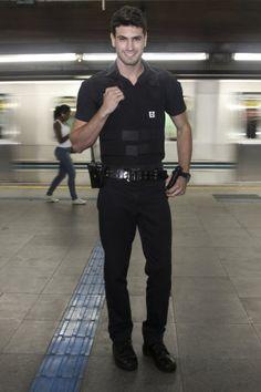 O segurança do metrô e modelo Guilherme Leão