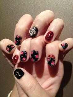 Uñas al estilo gótico con rosas negras - http://www.xn--todouas-8za.com/unas-al-estilo-gotico-con-rosas-negras.html