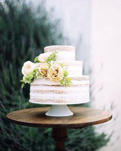 Who says you need 5 tiers and elaborate icing for a wedding cake to be beautiful??..... #chicvintagebrides Photography @taralynnlawtonphoto // Film & Flora Workshop @michaelradfordphotography and Ashley Beyer of @tingefloral // Planning & Design @tingefloral // Venue @rosestoryfarm // Florals Tiffany Siladke of @asplendidoccasion // Wedding Dresses & Veils @_emilyriggsbridal // Bridal Hair & Makeup @1011makeup // Other floral contributors @renegadefloral and @kierstendevorefloral // Wedding…