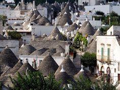 アルベロベッロ トンガリ屋根のかたちが可愛い。