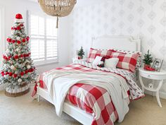 Christmas Bedroom for Kids - Classic Red Theme - Stefana Silber Bedroom Red, Bedroom Themes, Bedroom Decor, Bedroom Ideas, Big Girl Bedrooms, Girls Bedroom, Christmas Bedroom, Cozy Christmas, Red Bedding