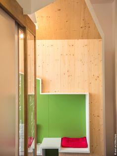 L'idée de Zest est de concevoir des aménagements intérieurs ludiques sur le thème de la cabane en bois. Salle d'attente, salle de brossage et accueil du cabinet, plongent l'enfant dans un univers réconfortant, pour l'accompagner à passer le cap des premiers soins dentaires. C'était une volonté du dentiste,  dont la principale patientèle sont les enfants, de créer une ambiance pour apaiser l'appréhension des soins.