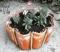 Amazing DIY garden decor with roof tiles See beautiful tips for making a garden decoration with tiles. You will simply love them. They are incredible crafts and decoration and easy to do. Pinterest Crafts, Roof Tiles, Diy Garden Decor, Clay Pots, Garden Planters, Garden Tiles, Garden Projects, Backyard Landscaping, Garden Inspiration