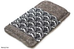Handytasche aus Filz mit schwarz-weißem Muster von Made by 11-lein - handgemachte Taschen & Hüllen für iPhone, iPad und Kindle auf DaWanda.com