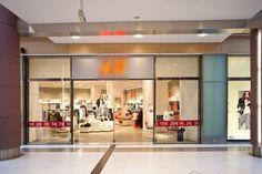 Κατασκευή καταστήματος H&M - The Mall Athens - 1η φάση, Α. Παπανδρέου 35, Μαρούσι. Συνολική επιφάνεια: 600 τμ – Χρόνος κατασκευής: 37 ημέρες. Μελέτη εφαρμογής: Αρχιτεκτονικό γραφείο Κωνσταντίνου Περιφανάκη.